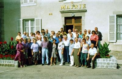 1992: 1. Bürgerbus des DFF: Gruppenfoto vor dem Rathaus in Marcillat