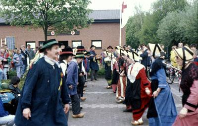 """1994: Die Folkloregruppe """"Les Bitous"""" bereits zum 3. Mal in Wadersloh zu Gast, hier beim Volksradfahren"""