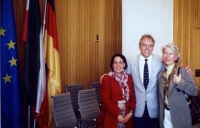 1997: Im Landtag zu Düsseldorf: Die Lehrerinnen Martine Galizzi und Irène Maguion mit MdL Berni Recker