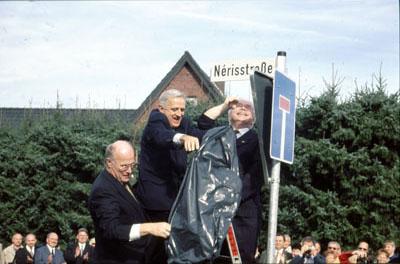 """2001: Einweihung der """"Nérisstraße"""" in Wadersloh durch die drei Bürgermeister"""