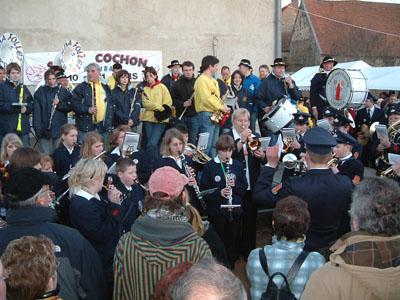 """2007: Feuerwehrkapelle Liesborn in Mazirat beim """"Schweinefest"""" (La Sainte-Cochon)"""