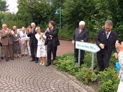 2007 : Enthüllung des Wegweisers nach Néris-les-Bains am Rathaus in Wadersloh