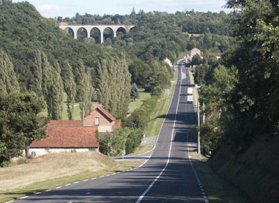 Golfplatz und Viadukt