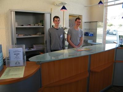 David Horstmann und Jonas Brune aus Liesborn während ihres Praktikums im März 2012 im Office de Tourisme in Néris-les-Bains.