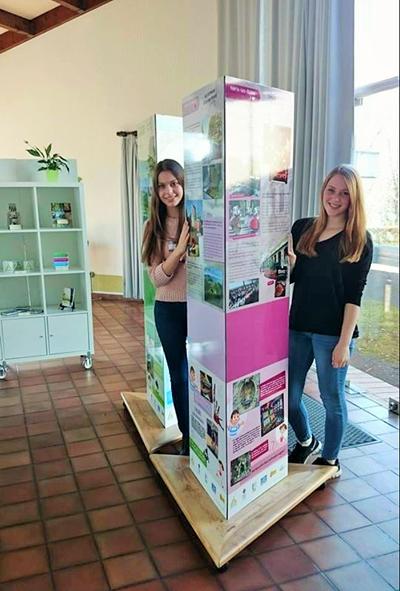 Saskia Straten und Luisa Smeenk aus Liesborn bei ihrem Praktikum im Office de Tourisme von Néris im April 2015.