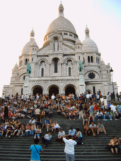 Auf den Stufen des Montmartre Hügel vor  der Basilika Sacré-Cœur